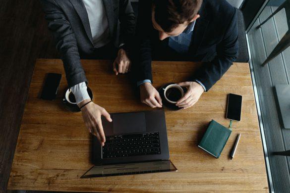 Bild Geschäftsmänner Besprechung Laptop