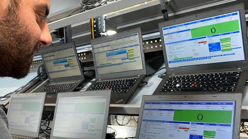 Intensiver Test und Installation der aufgefrischten Geräte